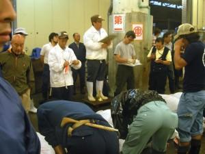EXAMEN.- Los compradores estudian las colas de los atúnes durante   la subasta