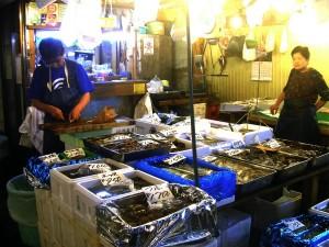 EL OTRO TSUKIJI.- Pequeños comerciantes preparan otras especies  marinas para su consumo en todo Japón