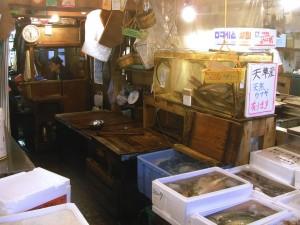 PESCADO VIVO.- Muchas especies se sirven vivas a los restaurantes para su consume en el acto