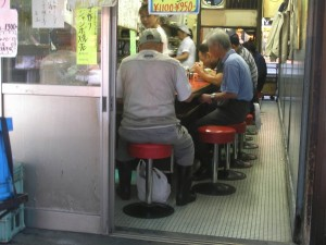 DESAYUNO CON PESCADO.- En los alrededores del mercado se suceden los locales para desayunar desde la madrugada hasta el amanecer