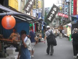 AMENECER EN TOKYO.- A las siete de la mañana, cerca de Tsukiji, parece que todo el pescado está vendido