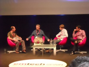 El moderador del MIT, a la izquierda, junto a Geoff Ralston, Othman Laraki y Erik Schultink