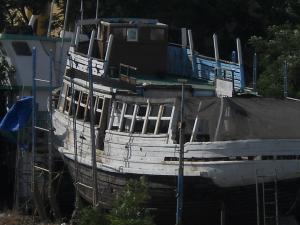 Uno de los viejos vapores del Puerto, varado en la ribera del rio Guadalete